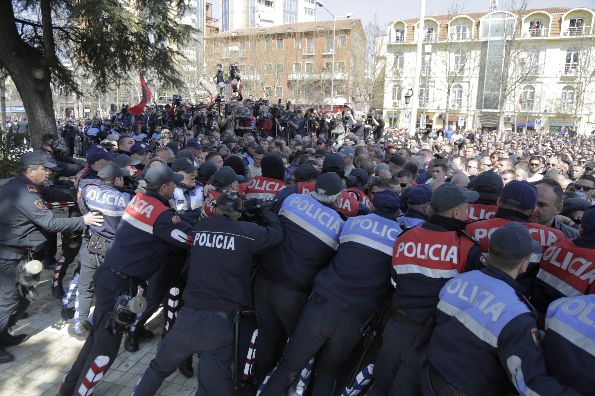지난 3월 21일 티아나 광장에서 열린 반정부 시위에서 경찰들과 시위대가 충돌하고 있다. [EPA=연합뉴스]