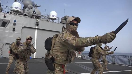 무사트(MUSAT. Multi UDT/SEAL Assault Tactics) 체계는 해군 특전단 출신이 2012년 개발한 전술체계로 단검으로 목과 가슴, 대동맥과 아킬레스건을 공격해 단번에 치명상을 가져오는 최고 수준의 살상 무술을 포함한다. [사진 국방부 영상 캡처]