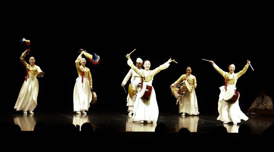 주일한국문화원 개원 40주년 기념 공연 '소리가 춤을 부른다'. 10일 일본 도쿄 신주쿠에 있는 문화원 공연장에서 열렸다. 한일 양국 전통예술 명인들이 참여해 가(歌)·무(舞)·악(樂)을 펼쳤다. [연합뉴스]