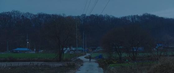 새벽녘 시신을 찾아 헤매는 홍매. 감독의 실제 외갓집이 있는 충북 괴산 시골마을에서 촬영했다. [사진 연제광]