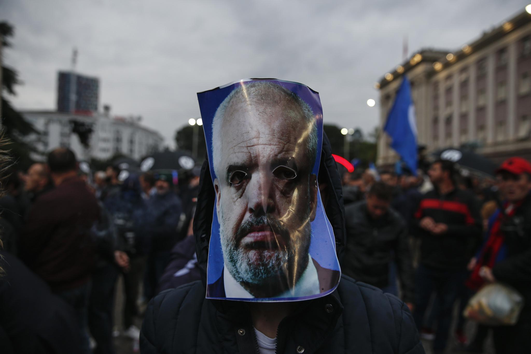 지난 4월 티아나 광장에서 열린 반정부 시위에서 참여한 한 시위자가 라마 총리의 사진을 머리에 두르고 있다. [EPA=연합뉴스]