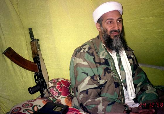 1998년 12월 아프가니스탄 산악지대 은신처에서 추종자들에게 동영상 메시지를 보낼 당시의 오사마 빈 라덴. 이번에 공개된 알 바그다디 모습이 당시 빈 라덴의 전투복 차림과 벽에 기댄 소총까지 빼닮다는 지적이 나온다. [AP=연합뉴스]