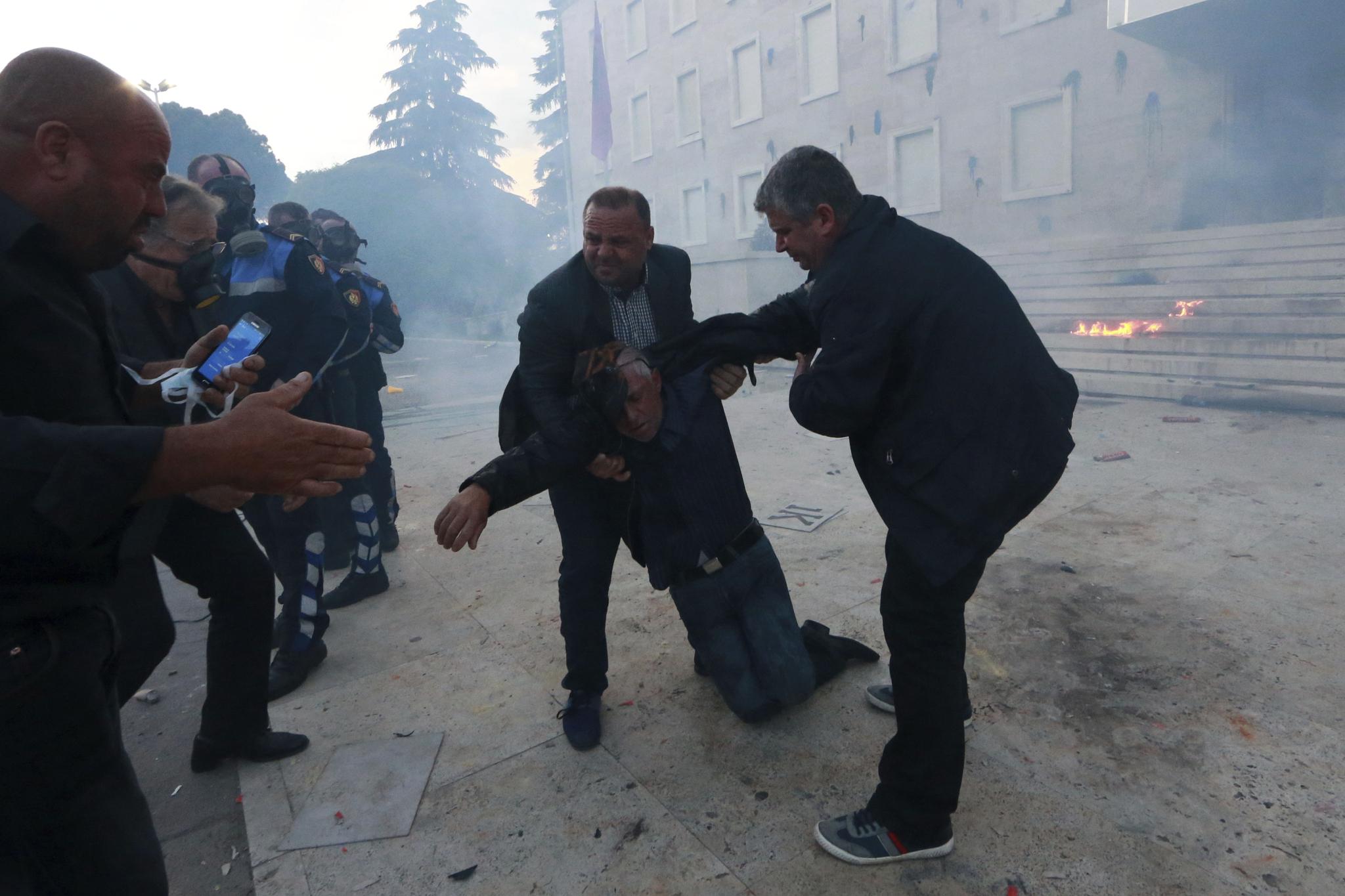 과격 시위가 이어지자 부상자도 속출했다. 시위대들이 부상자를 옮기고 있다. [AP=연합뉴스]