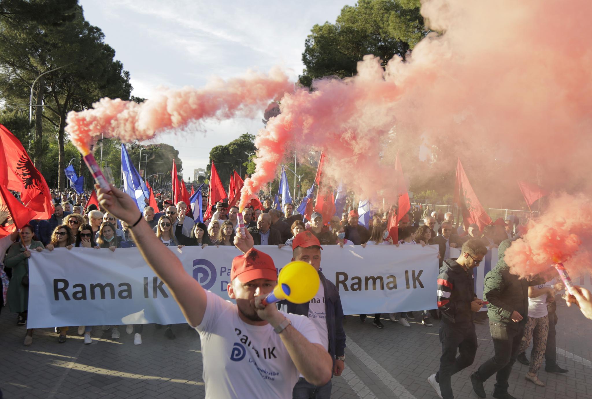 라마 정권 퇴진을 주장하는 반정부 시위대들이 티라나 거리 행진을 하고 있다. [EPA=연합뉴스]