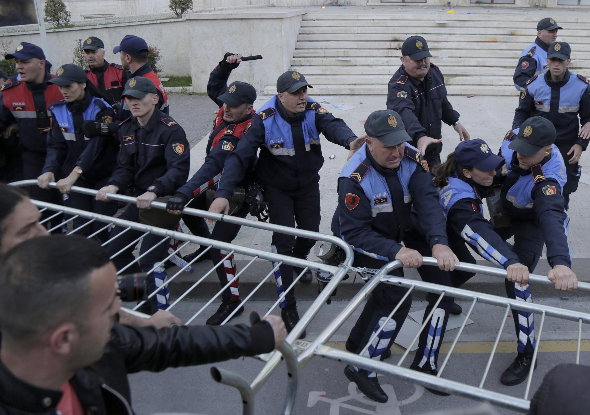 11일(현지시간) 정부 청사 앞에서 경찰들이 시위대에게 저지선으로 세워진 철제 펜스를 빼앗기지 않으려고 안간힘을 쓰고 있다. [AP=연합뉴스]