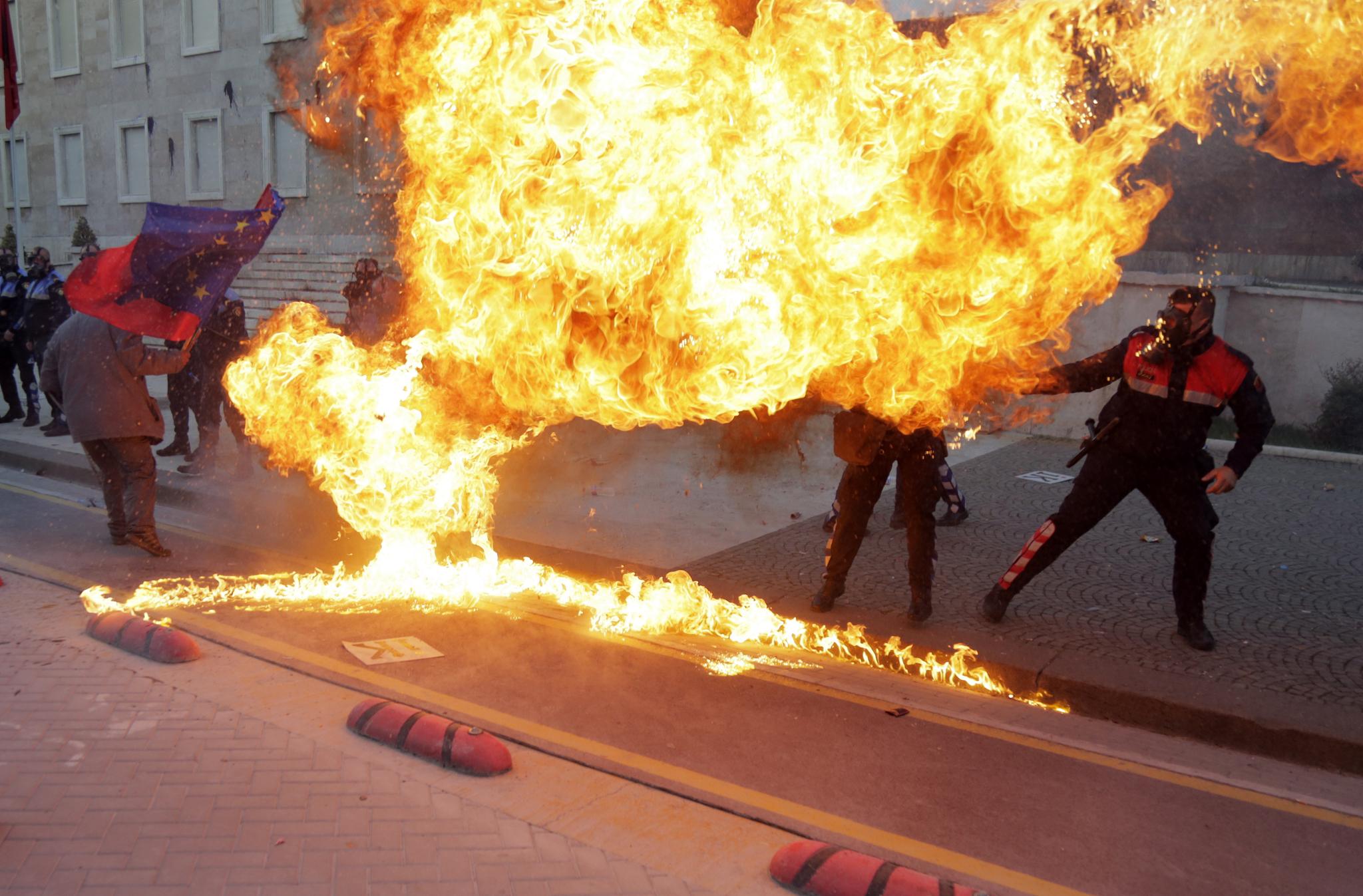 경찰들이 시위대가 던진 휘발유 폭탄을 피하고 있다. [AP=연합뉴스]