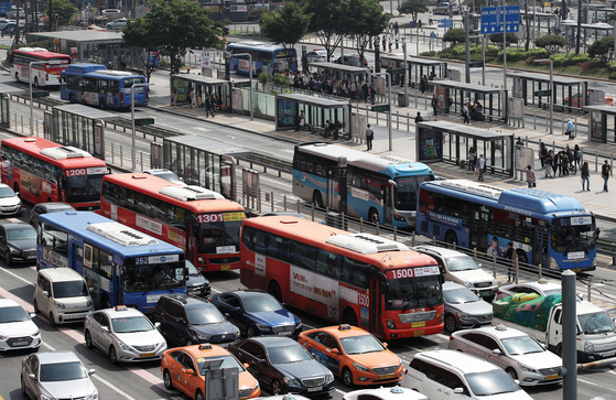 서울과 부산, 대구 등 전국 9개 시·도지역 버스 노조가 다음 주 수요일부터 파업에 돌입한다. 한국노총 자동차노련은 지난 8~9일 양일간 진행된 파업 찬반 투표에서 96.6%의 압도적 찬성으로 총파업을 결의했다. 사진은 서울역 버스 환승센터에서 버스들이 줄지어 지나는 모습. 2019.5.10/뉴스1