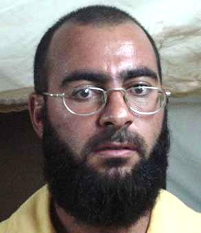 이슬람국가(IS)의 수괴 아부 바크르 알 바그다디가 2004년 무장단체 활동으로 미군의 이라크 내 수용소 부카 캠프에 억류돼 있었을 때 찍은 머그샷(범인 식별용 얼굴사진). [사진 위키피디아]