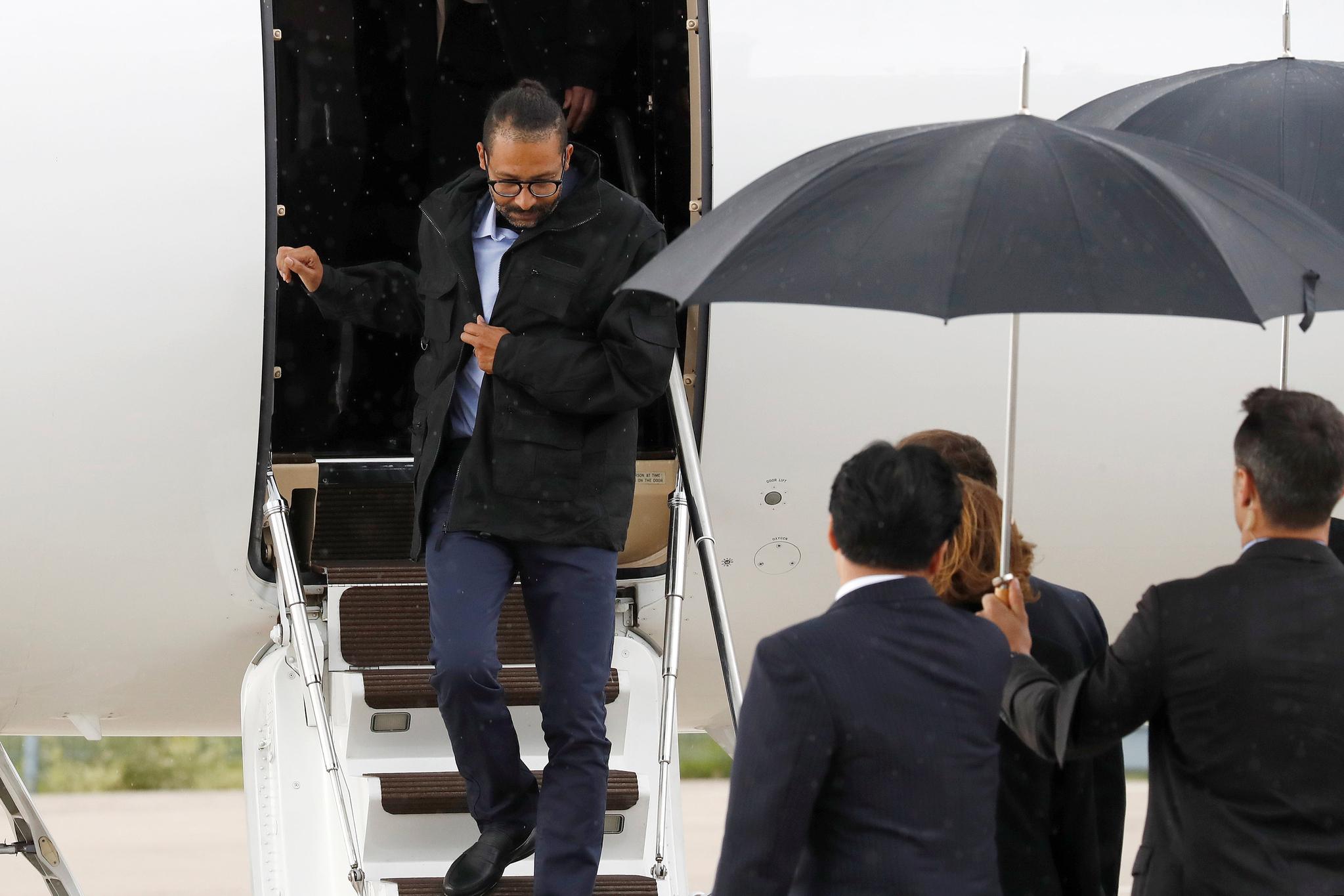 프랑스인 로랑 라시무일라스가 전용기에서 내리고 있다. [AP=연합뉴스]