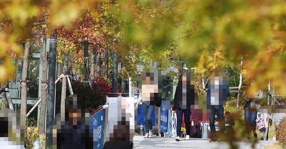 대학교 교정을 거니는 학생들 모습. (이 사진은 기사 내용과 직접적인 관련이 없습니다). [연합뉴스]