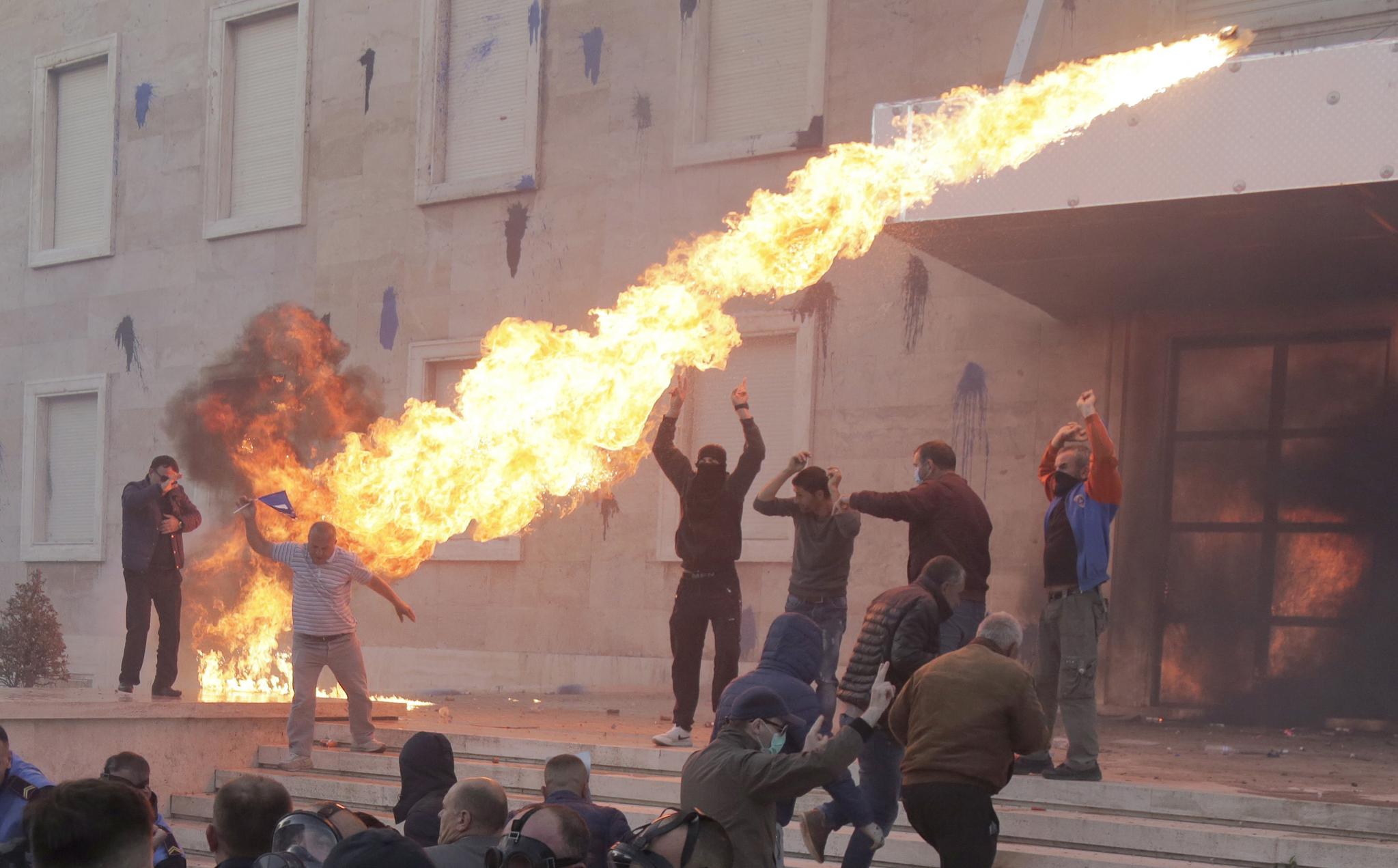 경찰 저지선을 돌파한 시위대가 청사를 향해 화염병을 던지고 있다. [AP=연합뉴스]