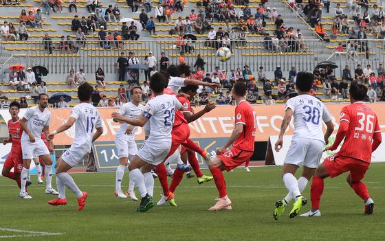 치열한 공중볼 다툼을 벌이는 제주와 수원 선수들. [뉴스1]