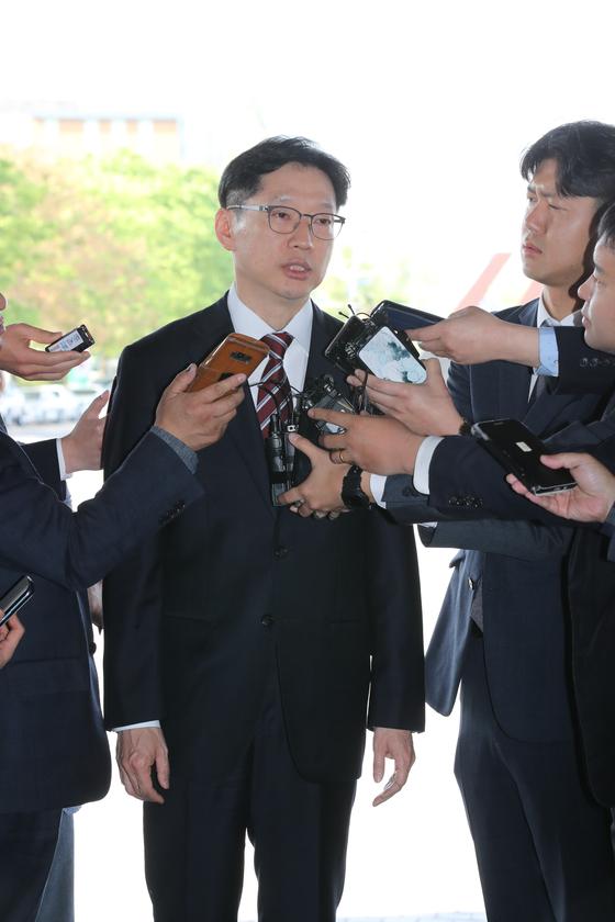 지난달 18일 보석 후 첫 출근하면서 기자들의 질문에 답하는 김경수 지사. 송봉근 기자