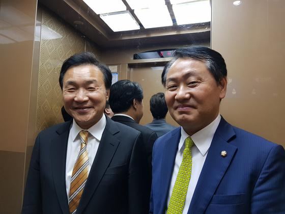 9일 오전 의원회관에서 신용현 의원실이 주최한 토론회 축사가 끝난 뒤, 손학규 바른미래당 대표(왼쪽)와 김관영 원내대표가 만나 함께 김 원내대표의 의원실로 향하고 있다. 성지원 기자