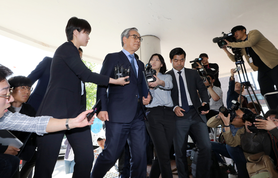 김효준 BMW 코리아 회장이 10일 오전 서울 중랑구 지능범죄수사대에서 BMW 차량 연쇄 화재와 관련, 차량 결함 은폐의혹에 대한 조사를 받기 위해 피의자 신분으로 출석하고 있다. [뉴스1]