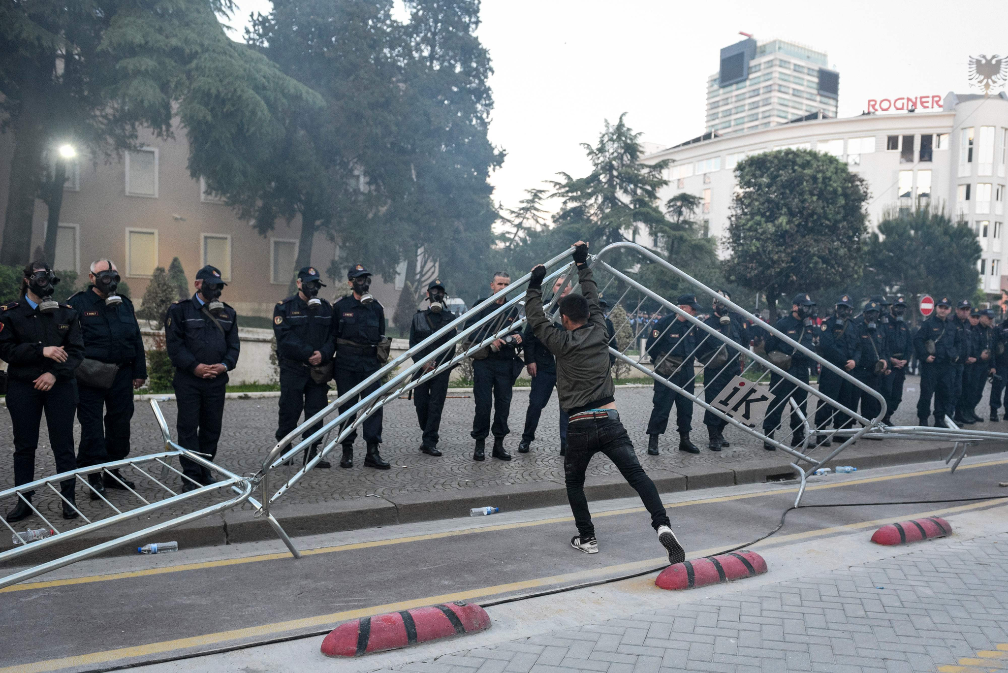 한 반정부 시위대 일원이 저지선으로 세워진 철제 펜스를 들어올리고 있다. [AP=연합뉴스]