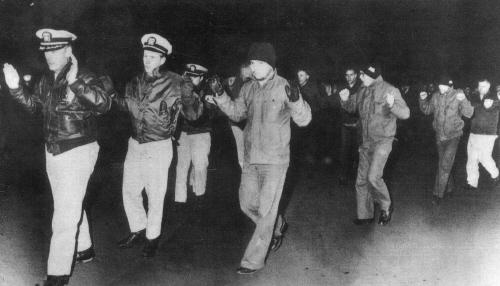 푸에블로호 로이드 부커 함장과 승무원들이 배에서 끌려 내려오고 있다. 1968년은 한국전쟁 후 군사적 긴장 관계가 최고조로 치닫던 위험한 시기였다. 이 와중에 F-4 전투기의 도입이 이루어졌다. [중앙포토]