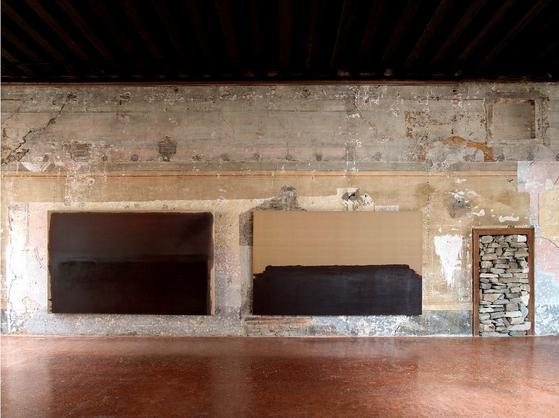 8일 이탈리아 베니스 포르투니 미술관에서 윤형근 회고전이 개막됐다. [사진 국립현대미술관]