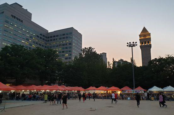 지난 8~10일 축제를 개최한 서울 광진구 세종대에서 주점들이 불을 밝힌 채 영업하고 있다. 이병준 기자