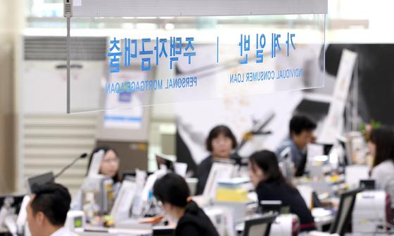 서울 시내 한 은행 대출 창구의 모습[중앙포토]