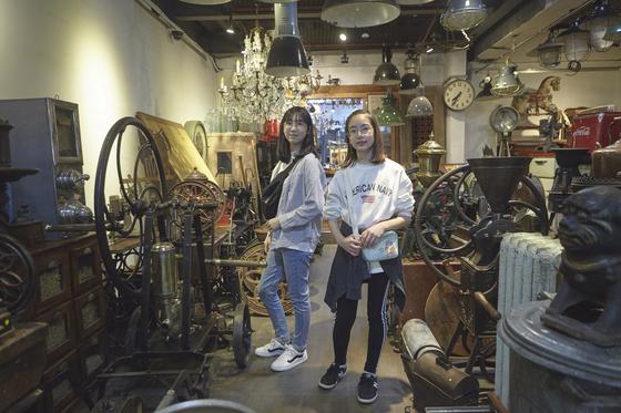 유다현(왼쪽)·한은솔 학생모델이 서울 종로구 동묘 벼룩시장을 방문해 뉴트로 감성을 제대로 즐겨봤다. 동묘에는 구제옷뿐 아니라 앤티크 소품과 빈티지 가구를 파는 인테리어 가게도 여럿 있다.