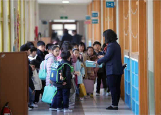 과거 학급 번호의 경우 당연히 남학생부터 시작하던 시절이 있었다. 이러한 학교 문화에 대해 2005년 국가 인권위원회는 여학생의 평등권을 침해하는 행위라며 각급 학교에 시정을 요구했다. [뉴스1]