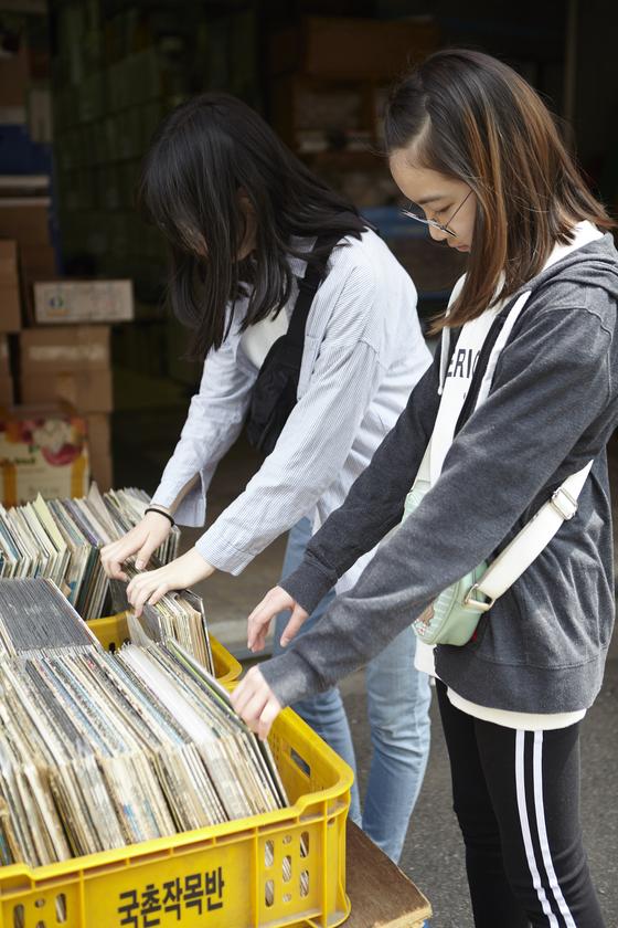 동묘 벼룩시장 곳곳에서는 수많은 LP판을 만나볼 수 있다.