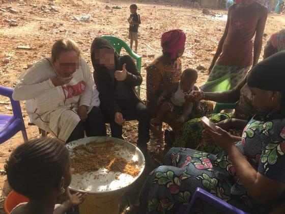 미국 여성(왼쪽위)과 한국인 장모씨(왼쪽 위 두번째)가 지난 3월말 서아프리카 세네갈을 방문해 현지 음식을 먹고 있다. [미국 여성 D씨 페이스북 캡처]