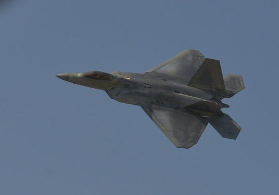 미국의 대표적 스텔스 전투기인 F-22 랩터. F-22 전투기 1개 대대 정도면 한반도 일대의 제공권을 완벽하게 장악할 수 있다. 그런데 1960년대 말에 한국 공군이 그렇게 군림했던 적이 있었다. [사진 미 공군]