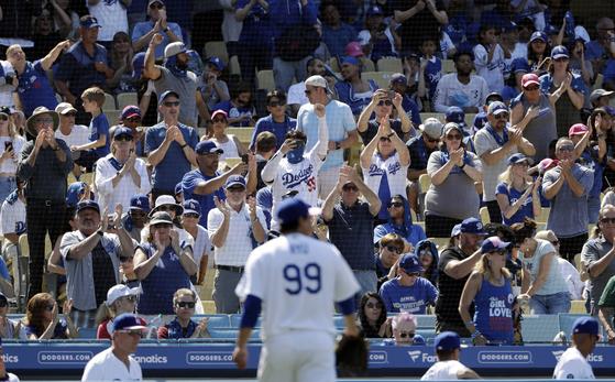 8이닝을 무실점으로 막고 내려오자 다저스 팬들이 류현진을 향해 기립박수를 보내고 있다. [AP=연합뉴스]