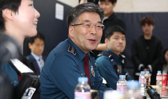 민갑룡 경찰청장이 10일 오후 서울 마포경찰서 홍익지구대를 방문해 간담회를 하고 있다. [뉴시스]