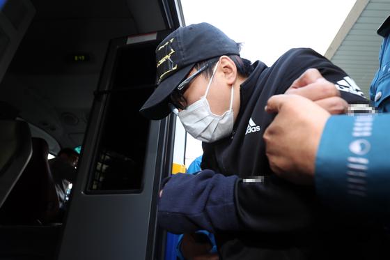 지난 7일 광주 동부경찰서에서 중학생 의붓딸(13)을 살해하고 시신을 유기한 혐의(특가법상 보복살인·사체유기)로 구속된 계부 김모(31)씨가 검찰에 송치되고 있다. [뉴스1]