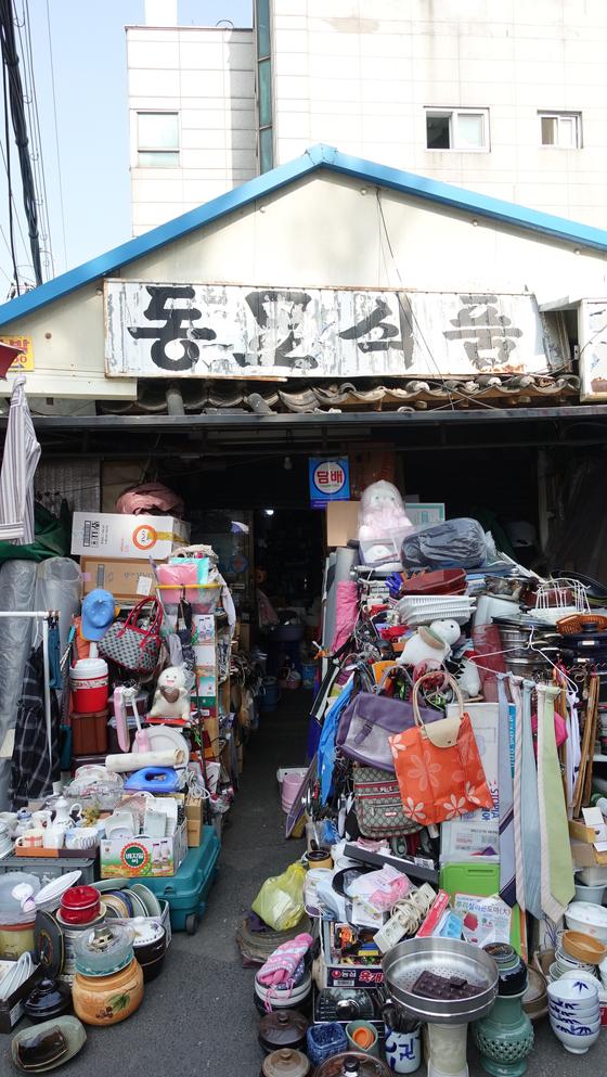 낡은 간판과 다양한 생활소품들을 보고 있으면 동묘 벼룩시장 특유의 분위기를 느낄 수 있다.