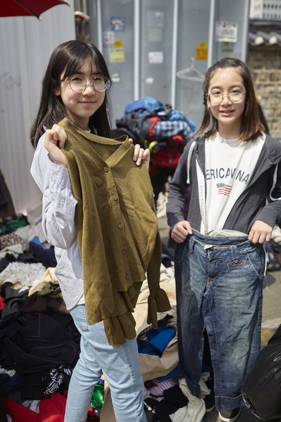 구제옷을 직접 고르는 소중 학생모델들.