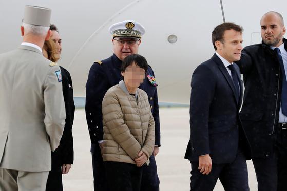 신원 미상의 한국인 여성 1명이 11일(현지시간) 아프리카 서부 부르키나파소의 무장단체 납치범들에게 붙잡혀 억류돼 있다 풀려나 프랑스 파리 인근 빌라쿠블레 군 비행장에 무사히 도착했다. 이날 공항에는 마크롱 대통령이 직접 마중을 나와 석방된 3명을 맞이했다. 프랑스군은 지난 9일 한국인 여성 1명을 포함한 프랑스인 2명, 미국 여성 1명 등 인질 4명 구출 작전을 벌였다. 이 과정에서 프랑스 특수부대원 2명과 납치범 4명이 사망했다. [뉴스1]
