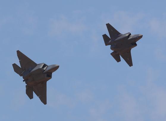 지난 2월 호주에서 열린 2019 항공에어쇼에 등장한 F-22(왼쪽)와 F35-A 전투기. [사진 EPA=연합뉴스]