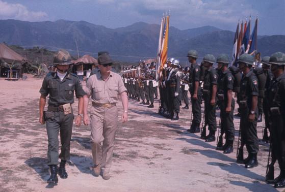 베트남 전쟁에 파병된 한국군 부대 사열식