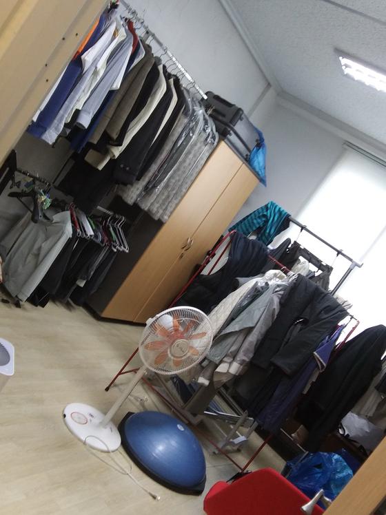 전주 한 사립학교 재단 설립자 김모(74)씨 부부가 중학교 교실을 불법 개조해 드레스룸 등을 갖춘 사택으로 바꾼 모습. [연합뉴스]