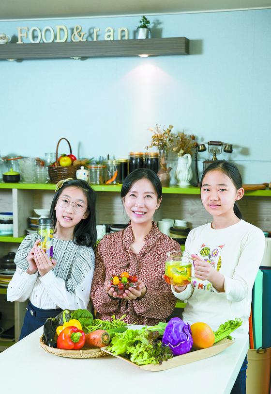 홍성란(가운데) 채소 소믈리에가 송윤아(왼쪽)·장희우 학생기자에게 채소와 친해지는 법에 대해 알려줬다. 두 학생기자가 직접 만들어본 채소 미네랄 워터를 들어 보였다.