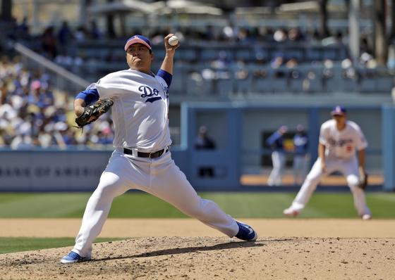 LA 다저스 류현진이 13일 워싱턴전에서 8이닝 무실점으로 시즌 5승째를 따냈다. 이날 어머니의 날을 맞아 선수들은 핑크 챙이 달린 모자를 썼다. [AP=연합뉴스]