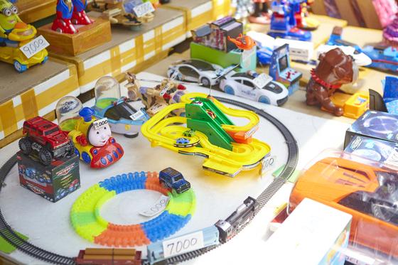 각종 문구와 장난감이 즐비한 창신동문구완구시장도 동묘 근처에 있다.