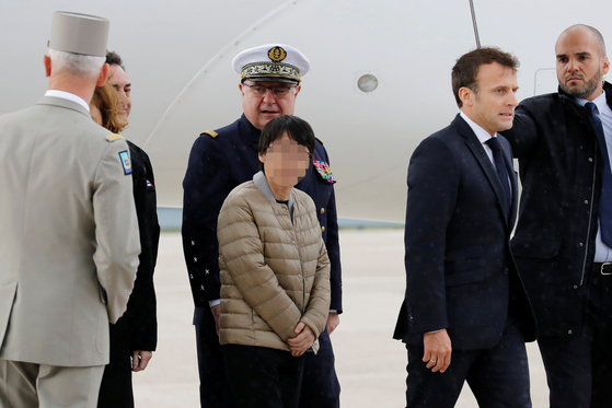한국인 여성 1명이 아프리카 서부 부르키나파소의 무장단체 납치범들에게 붙잡혀 억류돼 있다 풀려나 프랑스 파리 인근 빌라쿠블레 군 비행장에 지난 11일(현지시간) 무사히 도착했다. 이날 공항에는 마크롱 대통령이 직접 마중을 나와 석방된 3명을 맞이했다. [로이터=뉴스1]