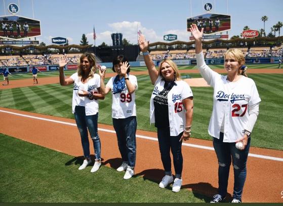 13일 마더스데이에 시구한 류현진의 어머니 박승순씨(왼쪽 두 번째)와 다저스 선수들 어머니. [사진 다저스 SNS]