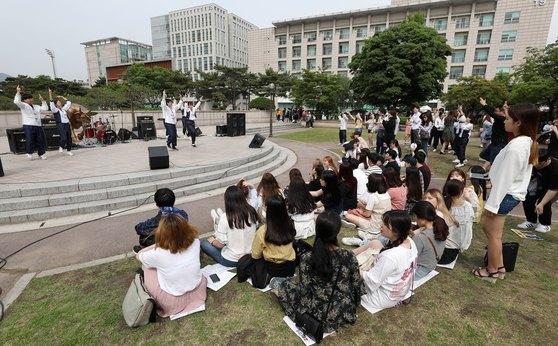 지난해 서울 광진구 건국대에서 열린 대동제를 찾은 학생들이 댄스공연을 보며 즐거운 시간을 보내고 있다. [뉴스1]