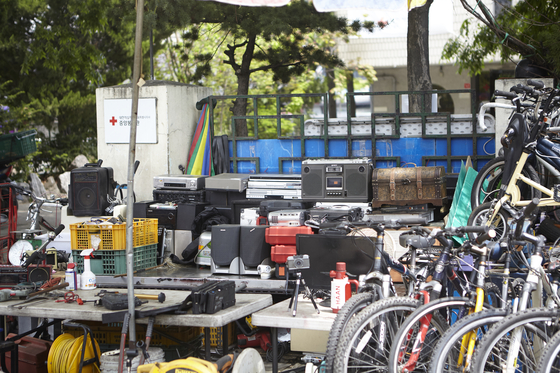 낡은 오디오, 카메라, 자전거 등 흡사 고물상이 연상될 정도로 오래된 물건들이 많이 보인다.