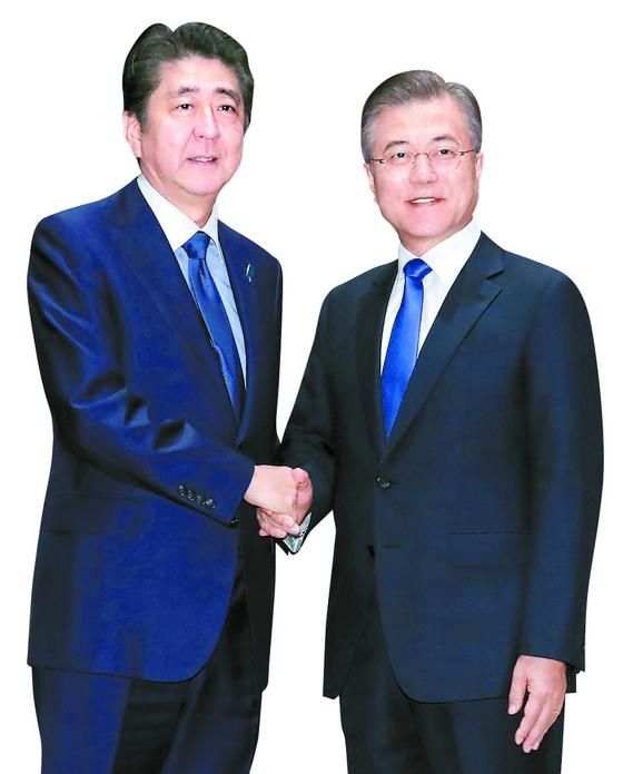 지난해 9월 유엔 총회 참석 중이던 문재인 대통령과 아베 신조 일본 총리가 미국 뉴욕 파커 호텔에서 만나 악수하고 있다.[연합뉴스]