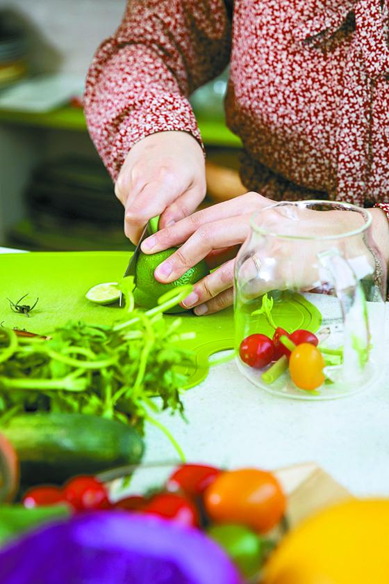 채소에 들어있는 미네랄은 물에 잘 녹는 성질이 있다. 자신이 원하는 채소와 과일을 단면이 최대한 많이 드러나도록 자른 후 컵이나 물병에 담고 물을 부어 우려먹으면 된다.