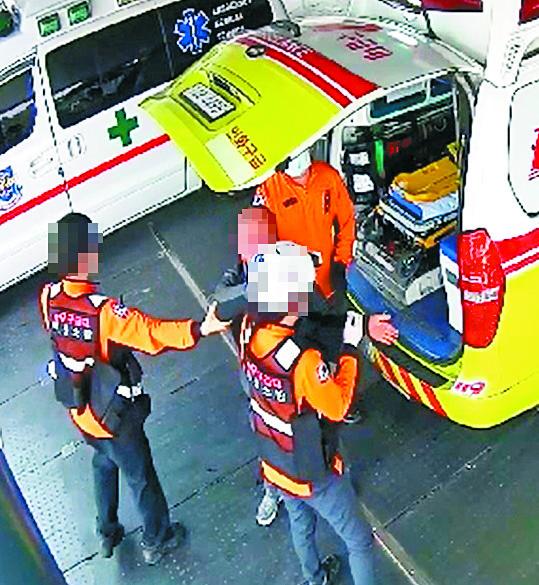 지난해 4월 2일 오후 1시 20분쯤 전북 익산시 원광대병원 응급실 앞에서 윤모(48)씨가 자신을 구해준 구급대원 강연희(51·여) 소방경의 머리를 때리는 모습이 담긴 CCTV 영상 캡처. [뉴스1]