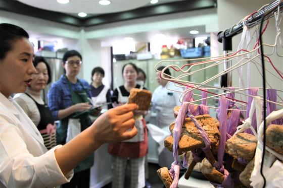 조선옥요리연구소 조선옥 원장이 일본 수강생에게 간장 담그는 법을 알려주고 있다.