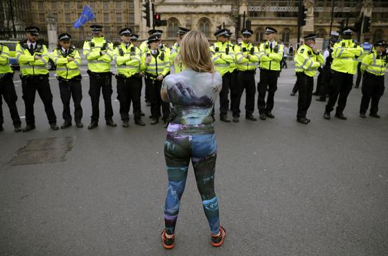 지난달 23일 영국 런던 의회에서 보디 페인팅을 하고 시위 중인 멸종위기 활동가. [AP=연합뉴스]